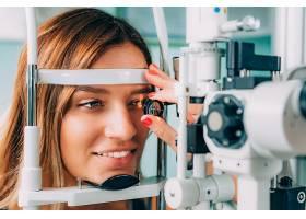成年女性视力检查配镜