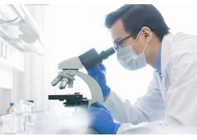 使用显微镜的医护工作者