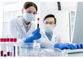 正在检查血液样品的医护工作者