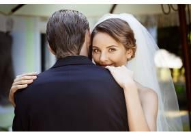 幸福甜蜜的新婚情侣