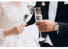 共饮香槟的新娘新郎