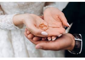 新娘手里的婚戒