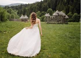 新娘婚纱裙绿色草原背影
