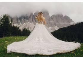 对着群山的婚纱新娘背影