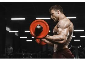 举重的肌肉男子