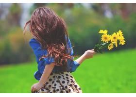 拿着菊花花束奔跑的女生背影