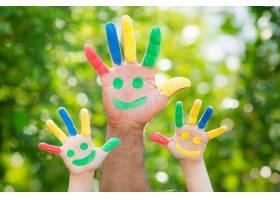 沾满颜料的可爱婴儿的手