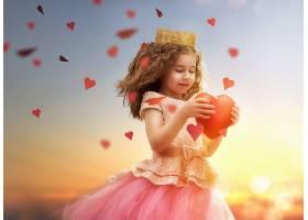 握着爱心的小女孩公主