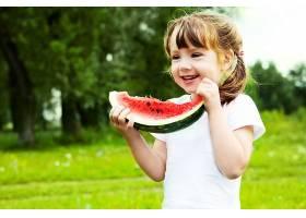 吃西瓜开心的小女孩