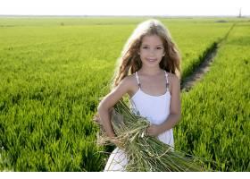 抱着稻草的小女孩