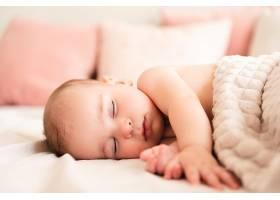 侧躺睡着的婴儿