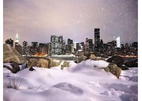 冬季下雪的繁华城市夜景