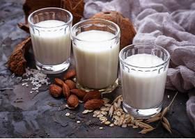 热牛奶和坚果