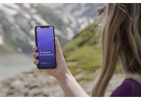 户外女性拍照录像拿着手机智能样机素材