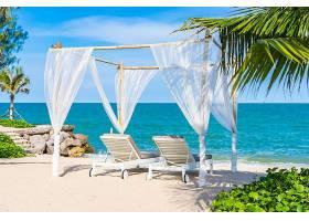 浪漫的纱布与沙滩椅