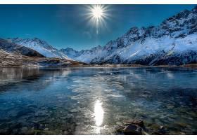 自然天湖与阳光倒影