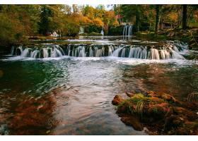 秋季森林山涧河流