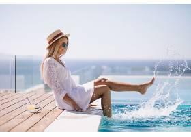 泳池边戏水的女性