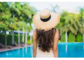 泳池边的性感女性背影