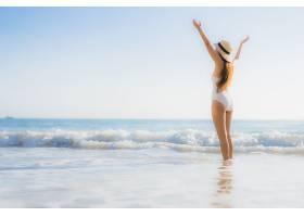 站在沙滩海边戏水的女性