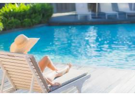 躺在沙滩椅坐在泳池边的女性