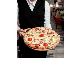 新鲜出炉的披萨