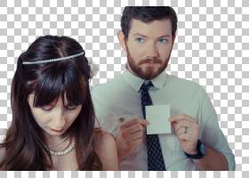 拿着纸牌卡片的外国新婚夫妻