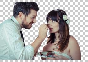 共同进食蛋糕甜品的外国新婚夫妻