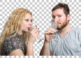 拿高脚杯喝酒的外国情侣