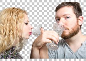 拿高脚杯喝交杯酒的外国情侣