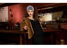 拉娜,罗迪斯,黑发女人,毛皮,吸烟,黑色,穿衣,口红,鸡尾酒,项链,蓝