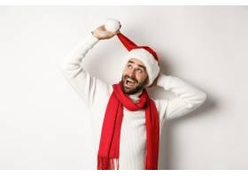 整理圣诞帽的圣诞节派对外国男子