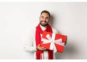 拿着红色礼物的圣诞节派对外国男子