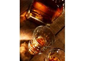 玻璃酒杯与洋酒摄影图素材