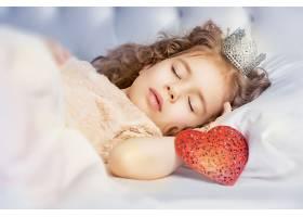 安静睡着的小女孩公主