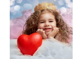 可爱的小女孩公主与红色心形