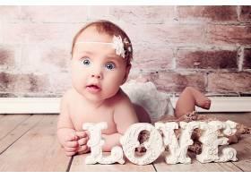 可爱天真瞪大眼镜的婴儿宝宝