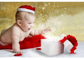 触摸打开的礼物的婴儿宝宝