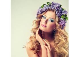 戴紫色绣球花卉头饰的金发气质欧美女性