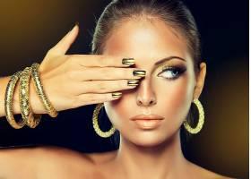 金色指甲眼妆耳环手环的欧美女性