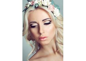 戴花卉头饰的金发气质欧美女性