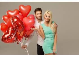 红色心形气球与情侣