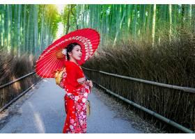 竹林在日本京都的竹林里一名身穿日本传_1082452001