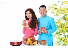 越南夫妇在摄影棚里摆姿势含羞草盛开具_569815601