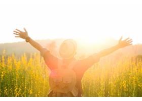 自由放松的户外旅行享受自然_121168801