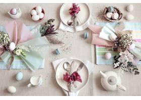 装饰精美的节日餐桌上摆放着复活节甜点茶_1191294301