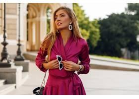 身穿优雅丝绸连衣裙的诱人金发女子肖像_919828701