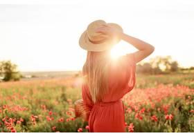 这张照片是一位灵感四射的年轻女子戴着草_991629801