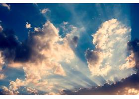 阳光下多云的蓝天美景_286198201