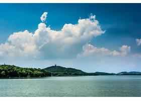 阳光明媚湖光山色的夏日风光_128407601